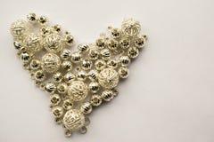 La selección de diversas gotas de plata formó en un corazón Imagen de archivo libre de regalías