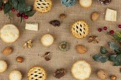 La selección de pica las empanadas en la Navidad en un mantel de la arpillera Imagen de archivo libre de regalías