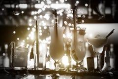 La selezione dei cocktail martini spritz i fuochi d'artificio tonici del fondo del nero della barra del gin della mora Immagini Stock