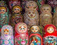 La selezione di Matryoshka ha annidato le bambole sulla vendita come ricordi, Russi Immagine Stock