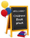La semaine du livre des enfants, signe de chevalet de tableau, livres, ballons Images libres de droits