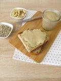 La semilla de girasol del vegano y el anacardo untan con mantequilla en la rebanada de pan Imagen de archivo libre de regalías