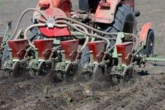 La semina del campo con un trattore Fotografia Stock
