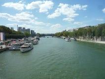 La Senna, Parigi Francia, il 17 agosto 2018: vista sul fiume con le barche attraccate al pilastro con lo spazio della copia fotografia stock