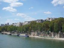 La Senna, Parigi Francia, il 17 agosto 2018: vista sul fiume con le barche attraccate al pilastro con lo spazio della copia immagini stock