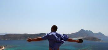 La sensación de la libertad de un hombre con los brazos se abre Imagen de archivo libre de regalías