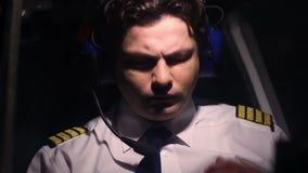 La sensación experimental con exceso de trabajo mal durante vuelo, sufre el dolor de cabeza, riesgo de accidente almacen de metraje de vídeo
