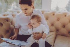 La sensación independiente joven de la madre inspiró mientras que escribía el nuevo artículo de la moda fotos de archivo libres de regalías