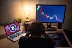 La sensación masculina del inversor subrayó debido a la crisis del bitcoin Imágenes de archivo libres de regalías