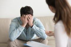 La sensación paciente masculina trastornada presionada, recibiendo malas noticias de hace fotografía de archivo libre de regalías