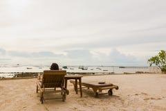 La sensation de Madame détendent sur la plage de lit en vacances Image libre de droits