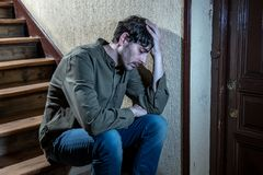 La sensibilità latina dell'uomo triste e si è preoccupata per vita nel concetto di salute mentale della depressione fotografie stock