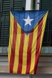 La Senyera Estelada is de vlag door verdedigers wordt gegolft die naar de onafhankelijkheid van Catalonië van Spanje streven dat stock foto's
