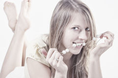 Retrato de las gotas que llevan atractivas de la mujer joven Foto de archivo libre de regalías