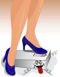 La señora está controlando su peso en una escala Foto de archivo libre de regalías