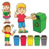 La separación de la basura del niño para recicla Foto de archivo