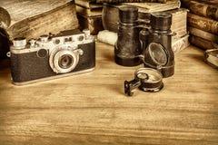 La sepia diseñó la imagen de la cámara con el compás y los libros Fotografía de archivo