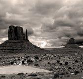 La seppia ha tonificato i cieli nuvolosi della valle del monumento Immagini Stock Libere da Diritti