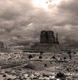 La seppia ha tonificato i cieli nuvolosi della valle del monumento Immagini Stock