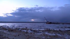 La sera si rannuvola il golfo dell'estuario con la nave rotta sulla costa video d archivio