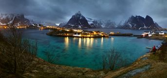 La sera sopra Reine su Lofoten, la Norvegia fotografia stock libera da diritti