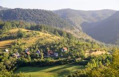 La Serbia: villaggio al piede delle montagne bagnate Fotografia Stock Libera da Diritti