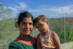 La Serbie en octobre 2015 : Une jeune femme syrienne tenant un enfant à la frontière avec l'Union européenne Photographie stock libre de droits