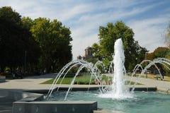 La Serbie, le Belgrad, le stationnement de Tasmajdan, la fontaine et l'église de repère de saint Image libre de droits