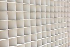 La serie de casillas blancas sirve como pared Imagen de archivo