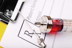 La seringue médicale et la prescription forment de la drogue image stock