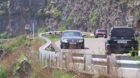 La serpentina y los coches de la montaña conducen a lo largo del camino en Armenia metrajes
