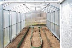 La serra ha fatto del policarbonato sul diagramma della dacia è pronta per la piantatura della molla Regione di Tula, Russia fotografie stock