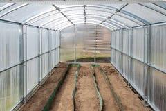 La serra ha fatto del policarbonato sul diagramma della dacia ? pronta per la piantatura della molla Regione di Tula, Russia fotografia stock