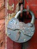 La serratura provvista di cardini chiusa. Fotografia Stock Libera da Diritti