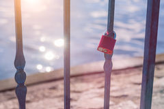 La serrure d'amour ou le cadenas d'amour devant un lac avec la réflexion du soleil évase Photo libre de droits