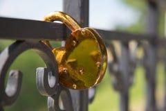 La serrure d'or d'amour de concept a formé la barrière en métal de coeur Images stock