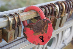 La serrure en forme de coeur rouge accrochent sur le pont Images libres de droits