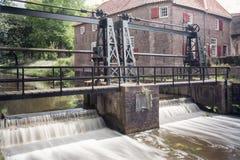 La serrure en rivière Eem juste en dehors de la vieille ville de la ville d'Amersfoort aux Pays-Bas photographie stock