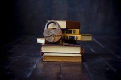 La serrure se trouve sur une pile des livres photographie stock