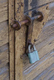 La serrure sur la porte de garage photos libres de droits