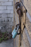 La serrure sur la porte de garage image libre de droits