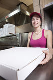 La serveuse avec sortent la pizza Photos stock