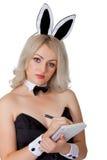 La serveuse dans le costume de lapin enregistre votre ordre Photo libre de droits