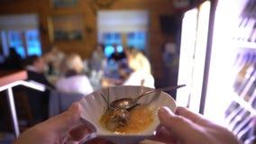 La serveuse introduit le plat de finition de la cuisine dans le hall clips vidéos