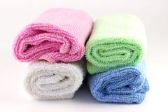 La serviette colorée roule sur l'un l'autre Images libres de droits