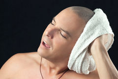 La serviette d'homme sèche la tête nouvellement rasée Image libre de droits