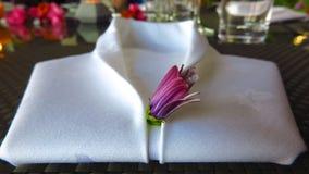 La serviette de toile blanche s'est pliée dans la forme de la chemise de smoking Image libre de droits