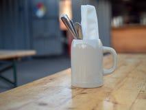 La serviette et l'ustensile mettent en forme de tasse se reposer dans le restaurant extérieur photo libre de droits