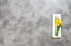 La servilleta del cuchillo de la bifurcación el la primavera de placa de la tabla florece Imagen de archivo