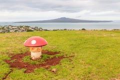 La seta adornada expresa con el fondo de la isla de Rangitoto, A Foto de archivo libre de regalías